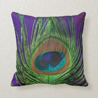 Solo pavo real de la hoja púrpura cojín decorativo