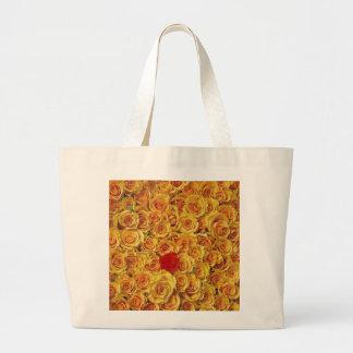 Solo rojo en rosas amarillos de la cama bolsas de mano