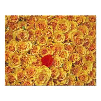 """Solo rojo en rosas amarillos de la cama invitación 4.25"""" x 5.5"""""""