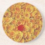 Solo rojo en rosas amarillos de la cama posavasos para bebidas