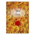 Solo rojo en rosas amarillos de la cama tarjeta