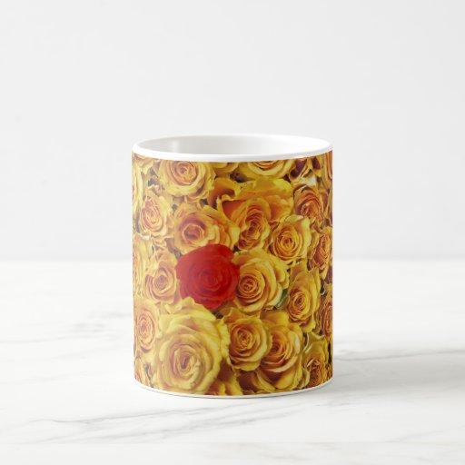 Solo rojo en rosas amarillos de la cama tazas
