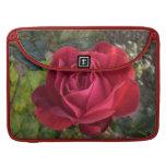 solo rosa rojo con rocío fundas para macbook pro