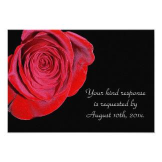 Solo rosa rojo que casa la tarjeta de RSVP Comunicados