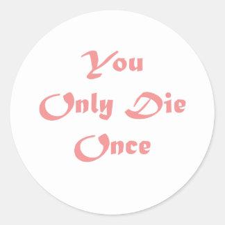 Sólo se muere una vez pegatina redonda