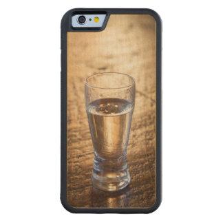 Solo tiro del Tequila en la tabla de madera Funda De iPhone 6 Bumper Arce
