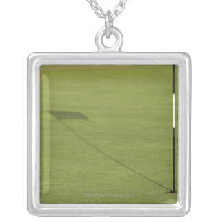 sombra de la bandera del golf en verde del campo colgante cuadrado