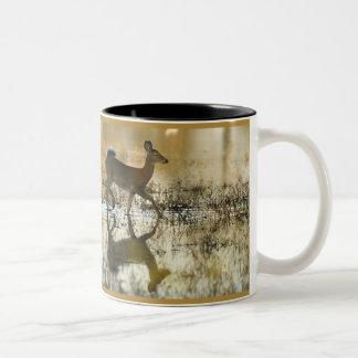 Sombra de los ciervos de la Blanco-Cola Taza De Dos Tonos