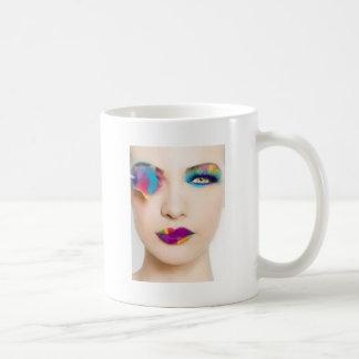 Sombra de ojos colorida del chica del taza