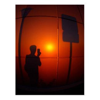 Sombra del hombre que fotografió la señal de postal