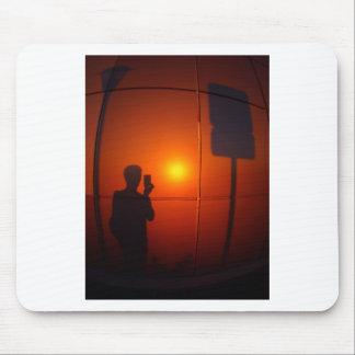 Sombra del hombre que fotografió la señal de tapetes de ratones