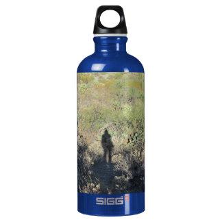 Sombra humana en la botella del desierto