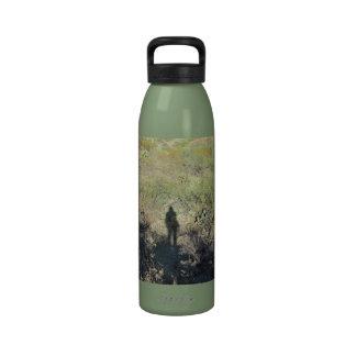 Sombra humana en la botella del desierto botella de beber