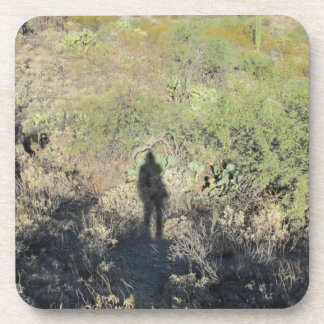 Sombra humana en los prácticos de costa del desier posavasos