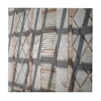 Sombras contra una pared azulejo cuadrado pequeño
