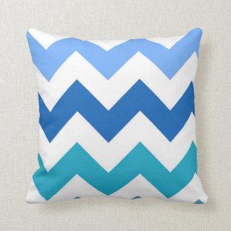 Sombras de la almohada azul de Chevron del zigzag