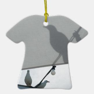 Sombras de la gaviota adorno de cerámica en forma de camiseta