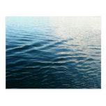 Sombras de la postal azul de la naturaleza