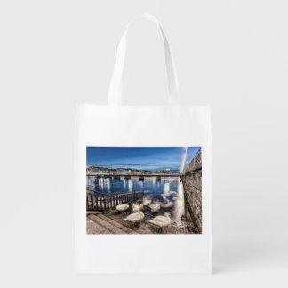 Sombras de los cisnes en el lago geneva, Suiza Bolsa Reutilizable