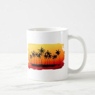 Sombras de palmas en la puesta del sol taza de café