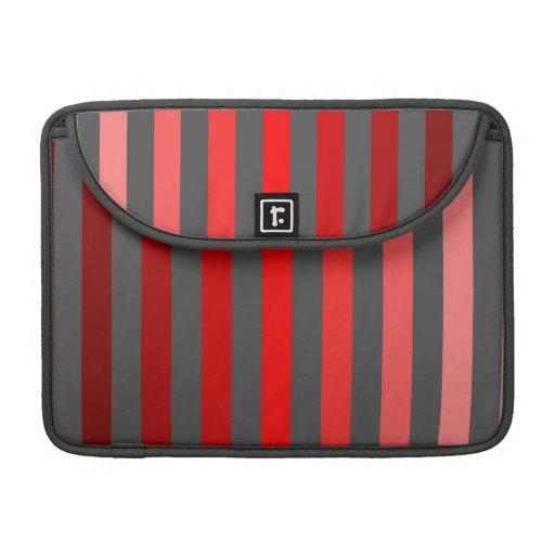Sombras de rayas rojas en gris oscuro fundas para macbooks