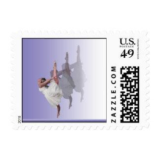 Sombras del bailarín de la bailarina en púrpura