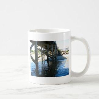 Sombras del embarcadero taza básica blanca