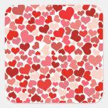 Sombras del fondo rosado y rojo de los corazones calcomania cuadrada personalizada