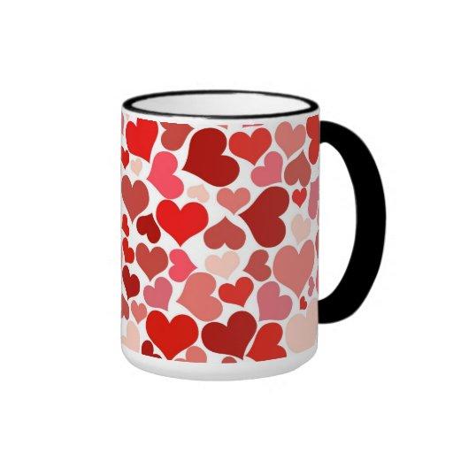 Sombras del fondo rosado y rojo de los corazones tazas
