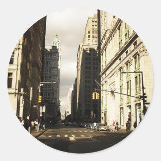 Sombras del rascacielos en el distrito financiero pegatina redonda