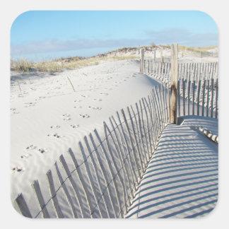 Sombras, dunas de arena, y cercas pegatina cuadrada