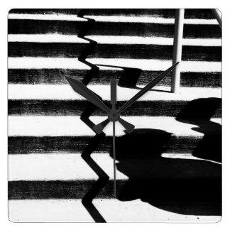 Sombras en las escaleras reloj cuadrado