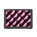 sombras rosadas en la cartera negra