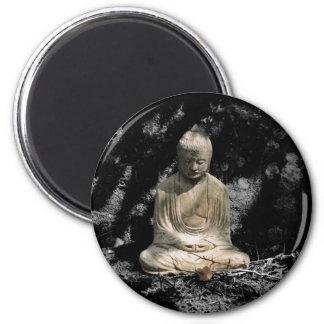 Sombras y luz alrededor de Buda Imán Redondo 5 Cm