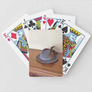 Sombrero flexible italiano del vintage con las plu baraja de cartas