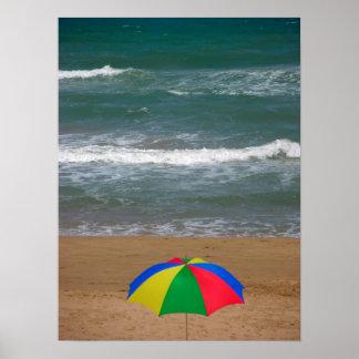 sombrilla multicolor a la playa de arena con mar, posters