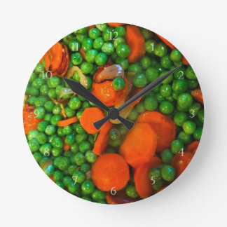 Somos como los guisantes y las zanahorias reloj redondo mediano