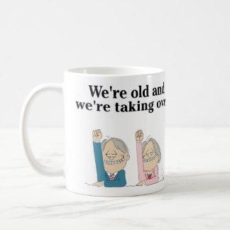 """""""Somos viejos y estamos asumiendo el control."""" Taza Básica Blanca"""