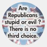 Son los republicanos estúpidos o malvados pegatina redonda