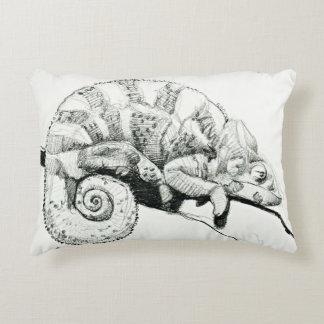 Soñoliento el camaleón blanco y negro escoge cojín