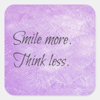 Sonría más. Piense menos. Pegatina de motivación