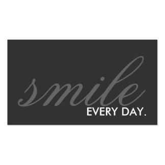 sonríe cada día. (personalizable del color) tarjetas de visita