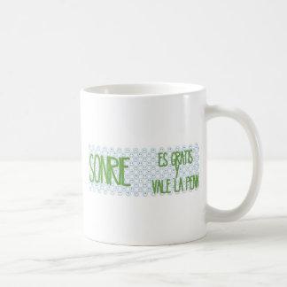 Sonrie, es gratis, vale la pena classic white coffee mug