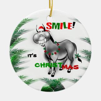 Sonríe su ornamento divertido del burro del adorno navideño redondo de cerámica