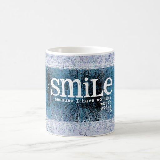 Sonrío porque no tengo ninguna idea qué se está en taza básica blanca