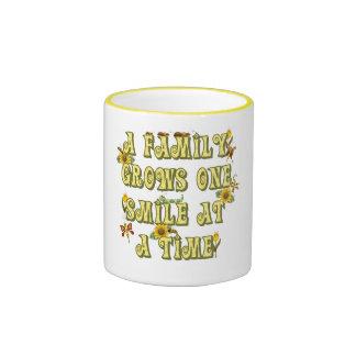 Sonrisa de la familia taza de café
