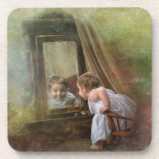 Sonrisa de los jóvenes en un espejo viejo posavasos de bebidas