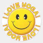 Sonrisa del amor de la yoga pegatina redonda