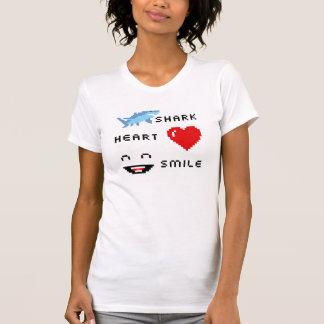 Sonrisa del corazón del tiburón del pixel camiseta