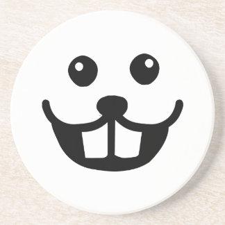 Sonrisa divertida de la cara del castor posavaso para bebida